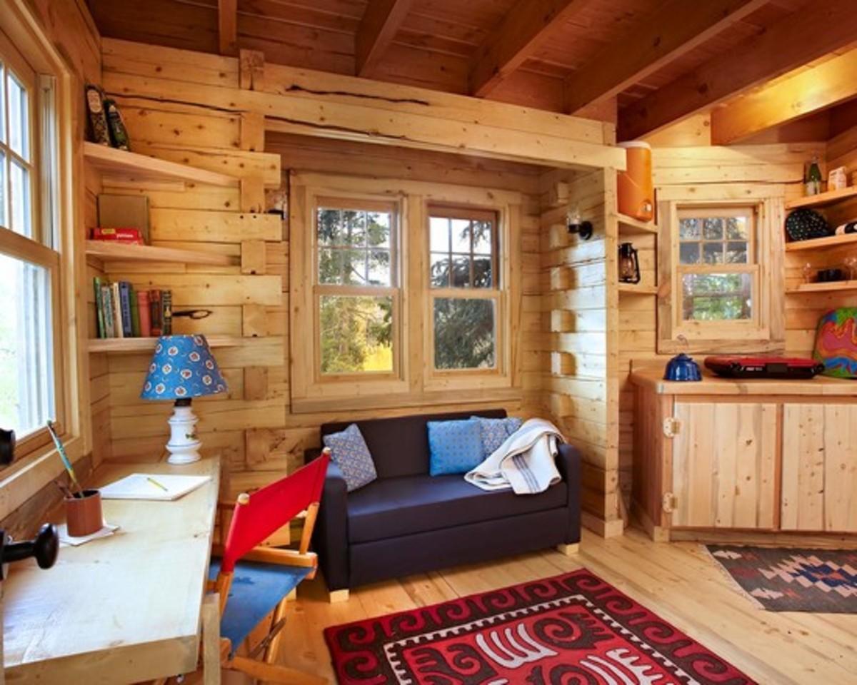 Дизайн комнаты в маленьком деревянном доме